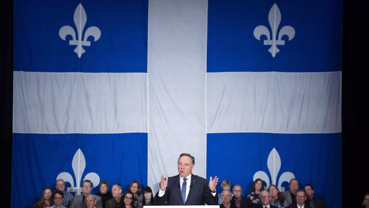 Lors de la présentation de l'énoncé économique de décembre, le premier ministre du Québec François Legault en a surpris plus d'un en tenant une conférence de presse avec un immense fleurdelisé et un public pour décor.