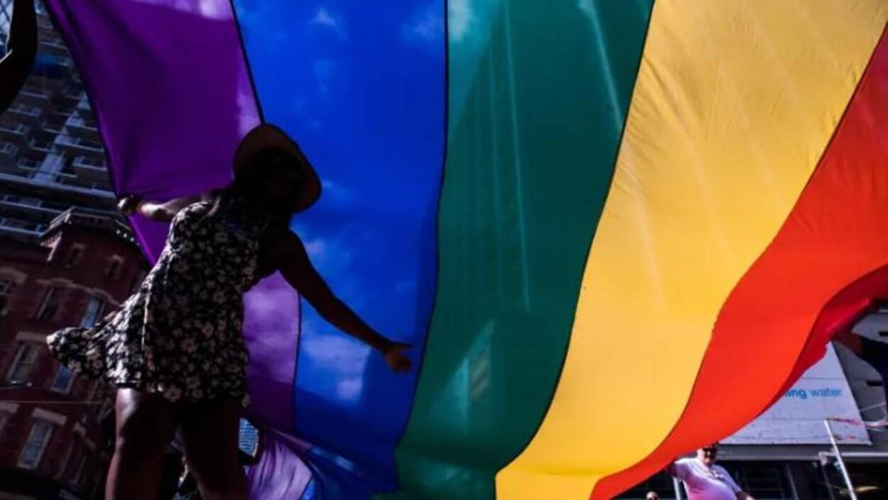 Un drapeau aux couleurs de l'arc-en-ciel.