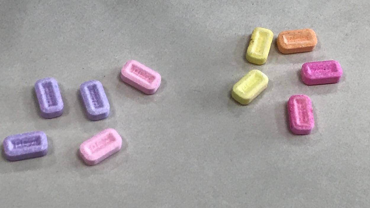 Des faux bonbons de plusieurs couleurs contenant de la drogue.
