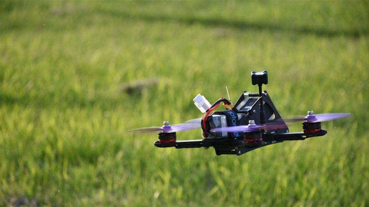Un drone quitte le sol.