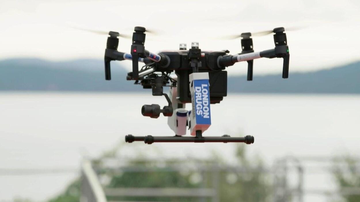 Un drone s'élève dans le ciel.