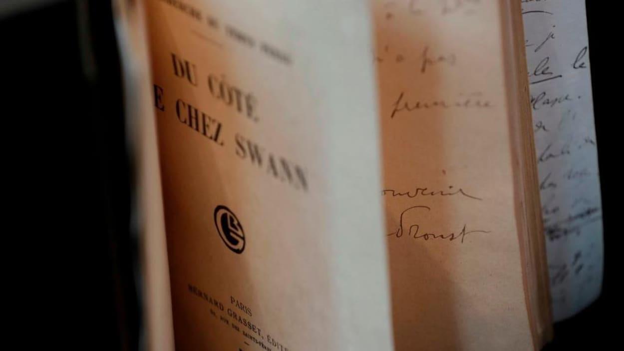 La page titre du livre <em>Du côté de chez Swann</em> visible sur une édition originale du volume, mise en vente aux enchères, celle-ci, en 2017.