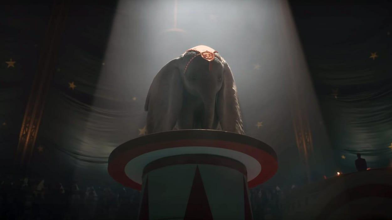 Une image de la bande-annonce du film «Dumbo», où l'on voit l'éléphanteau éclaré par un projecteur, au centre de la piste d'un cirque.