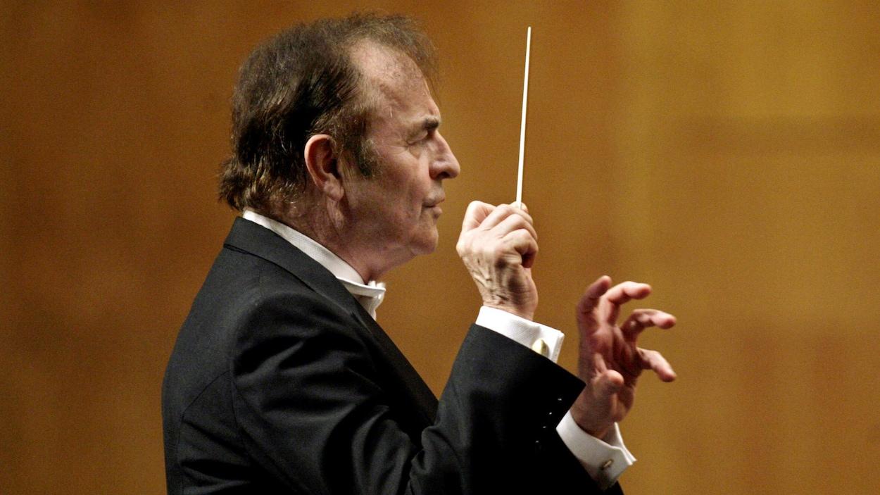 Charles Dutoit avec l'Orchestre philharmonique royal, le 29 août 2006.
