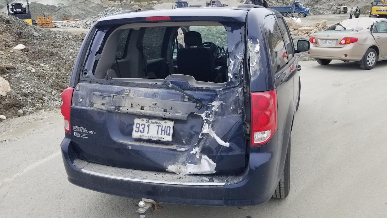 Une voiture dont la vitre arrière a été fracassée lors d'une opération de dynamitage, à Ascot Corner, en mai dernier.