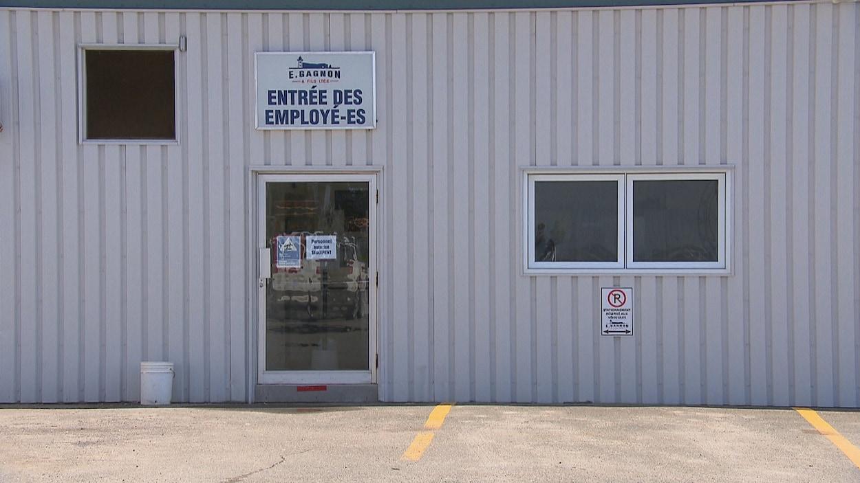 La porte des employés et un stationnement vide.