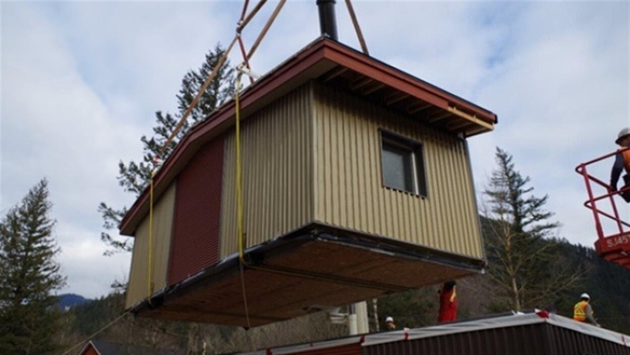 Installation d'une unité modulaire dans la Première Nation de Yale, en Colombie-Britannique