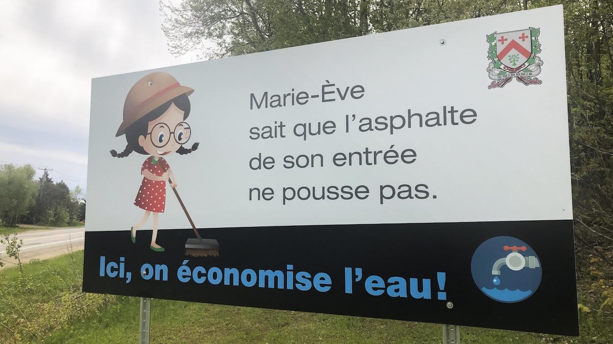 Une pancarte à l'entrée de la ville de Saint-Boniface avec un dessin pour rappeler qu'il faut préserver l'eau.