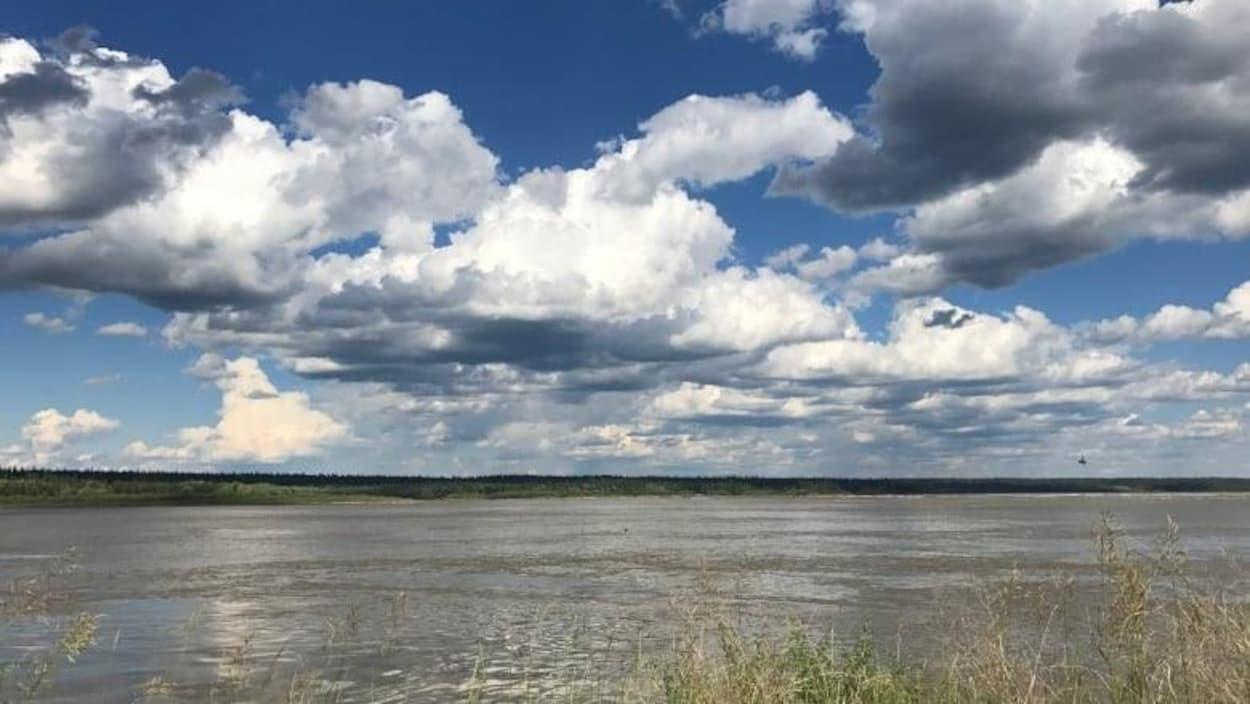 La rivière des Esclaves dans les Territoires du Nord-Ouest en juillet 2018. Les différents programmes de surveillance de la qualité de l'eau, gérés par l'Alberta et le gouvernement canadien ont été annulés selon CBC, en raison de la pandémie.