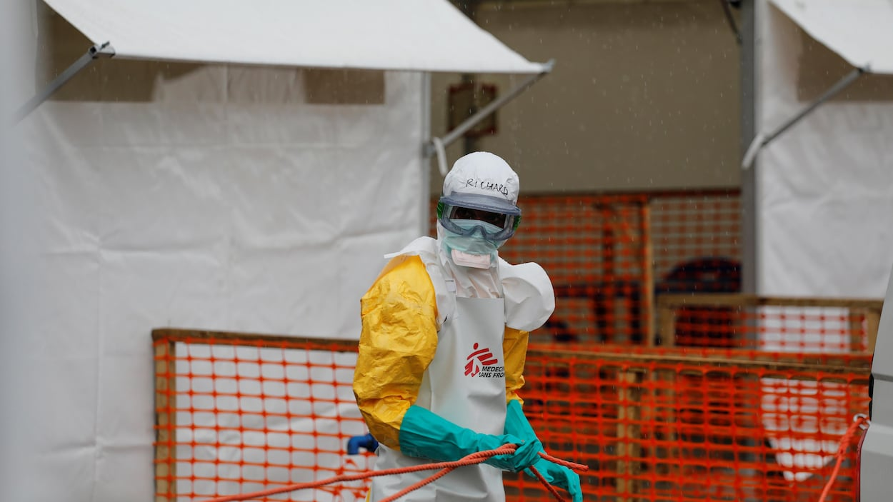 Un agent de santé vêtu d'une combinaison de protection dans un centre de traitement d'Ebola à Goma en République démocratique du Congo, le 3 août 2019.