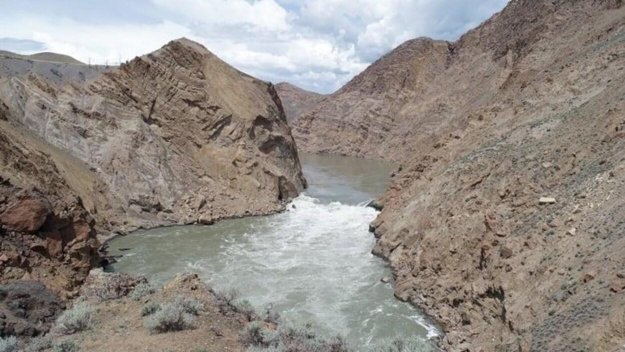 Le bassin d'un fleuve entouré avec des berges rocheuses.
