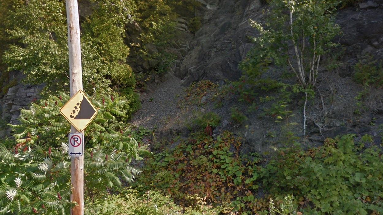 Un panneau indiquant un risque d'éboulement le long de la falaise sur la rue Saint-Laurent, à Lévis