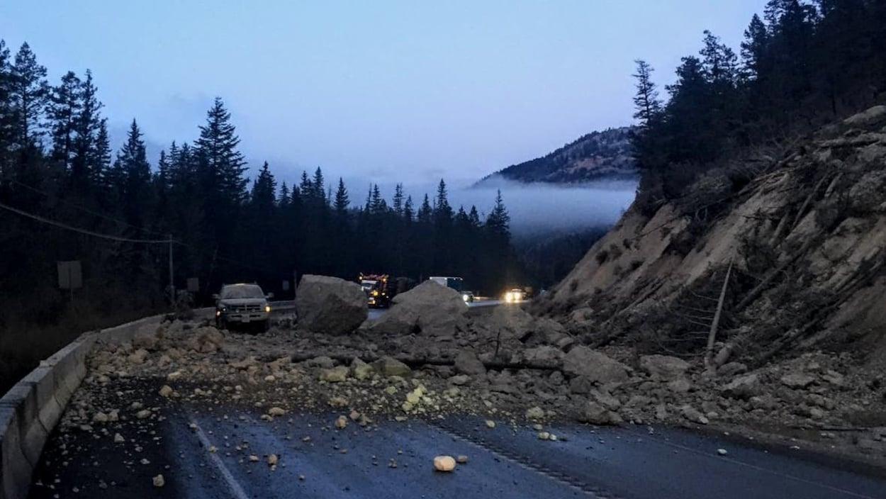 Une route bloquée par un éboulement rocheux.