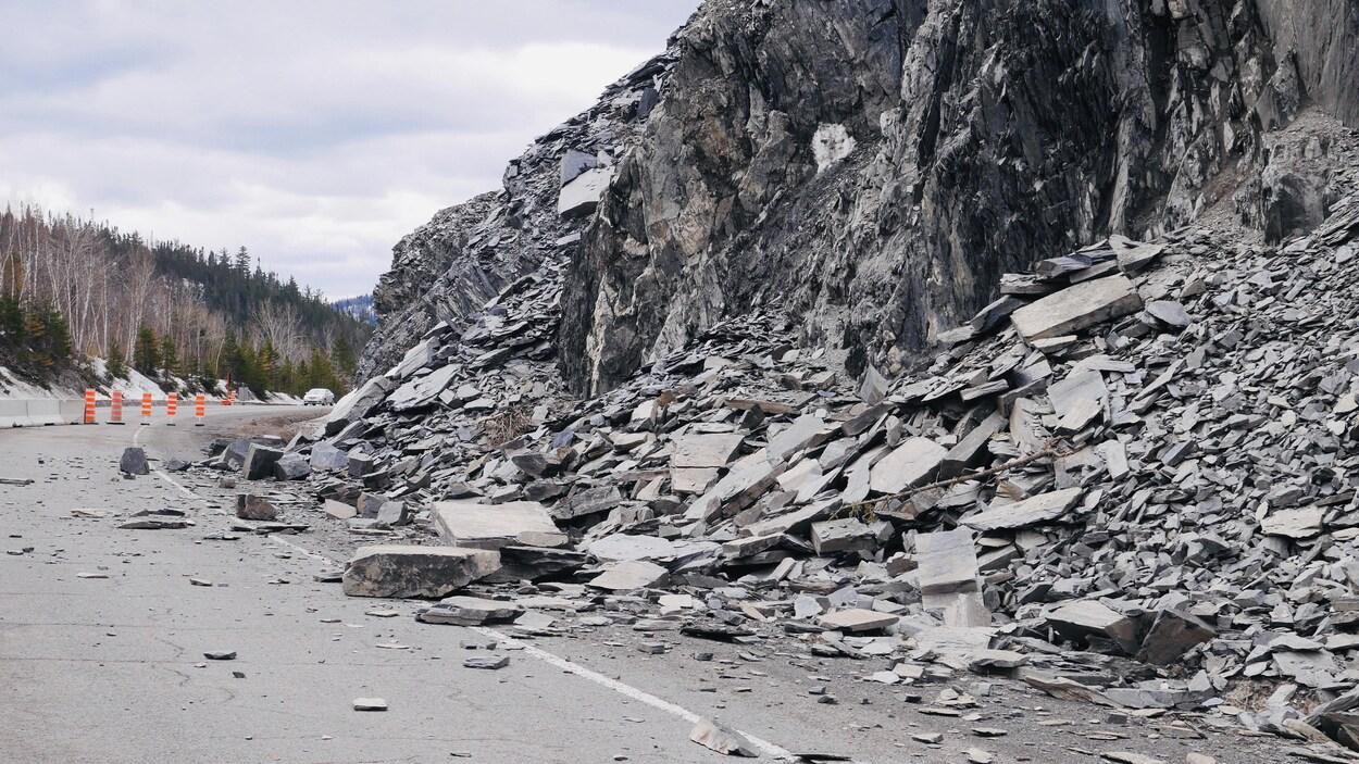 Des morceaux d'une falaise sont effondrés sur une route.