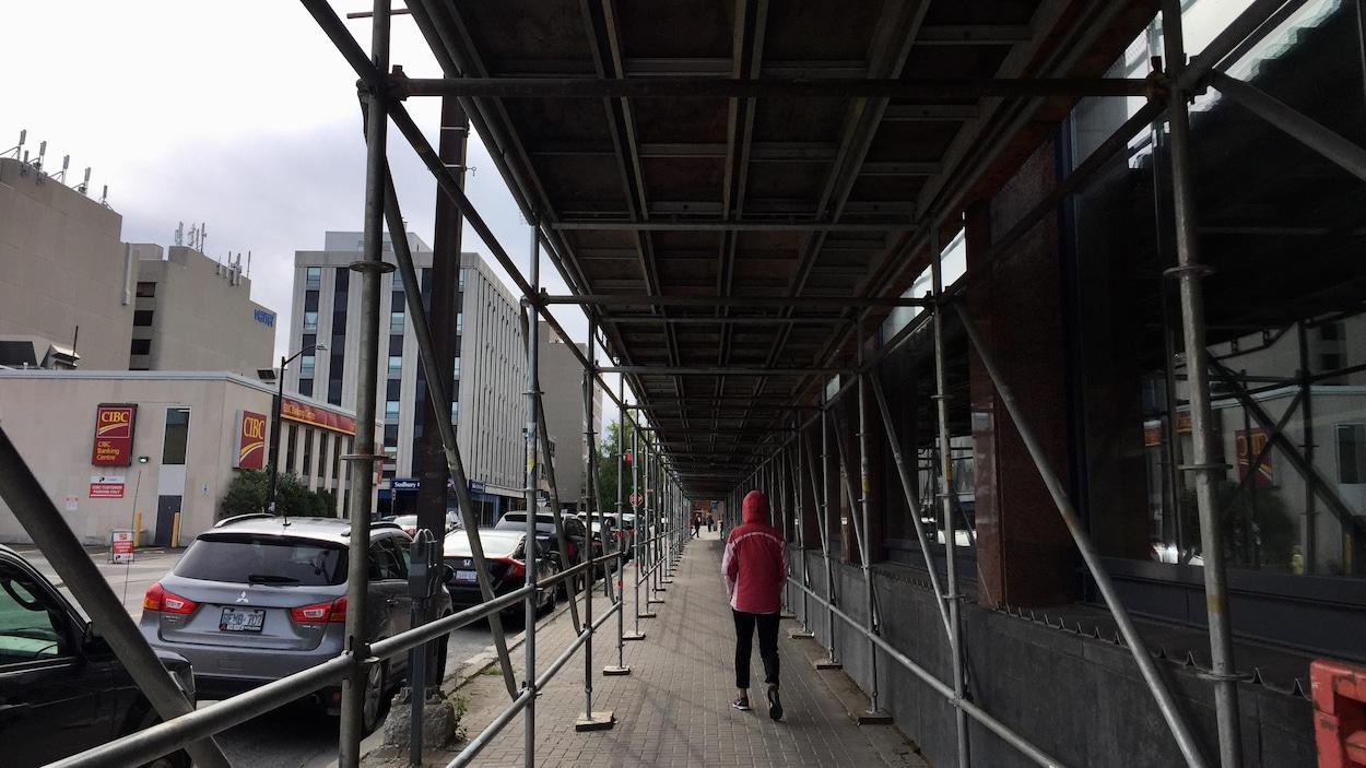 Des échafaudages à perte de vue sur un trottoir du Grand Sudbury