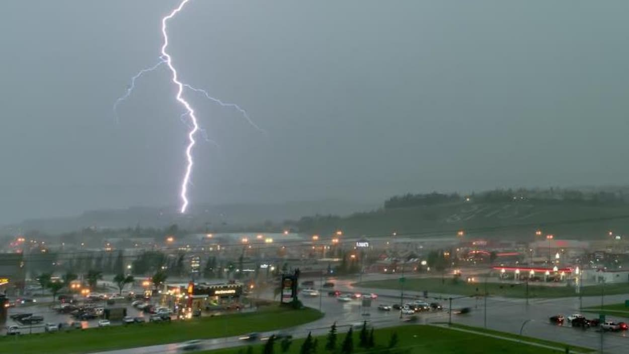 Un éclair s'abat dans le quartier Westhills, situé au sud-ouest de Calgary.