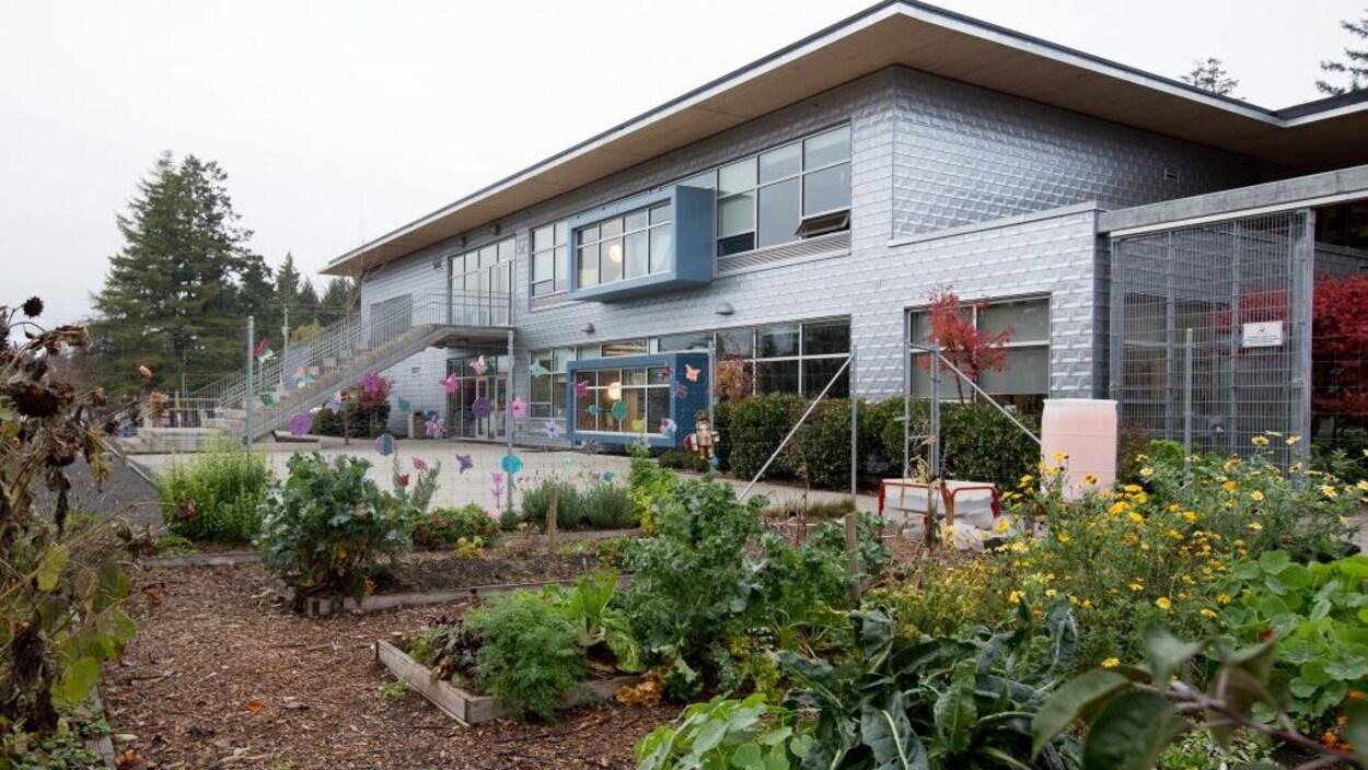 Une école et son jardin.