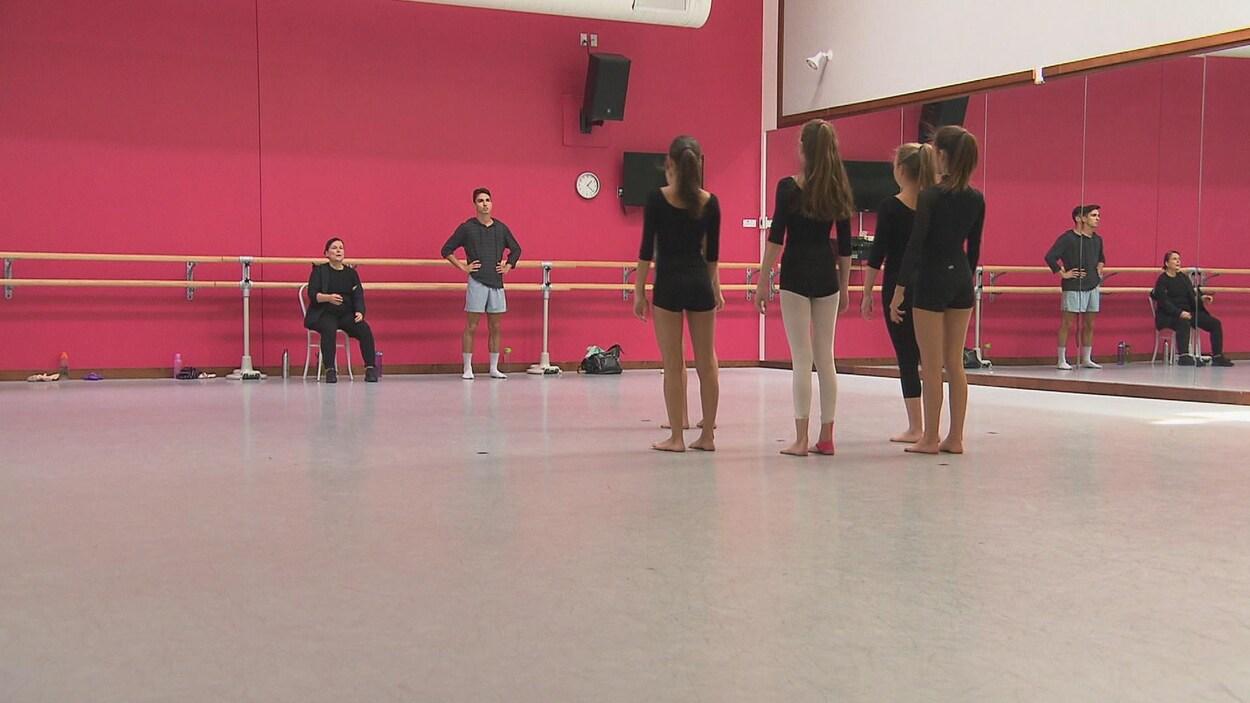 Des danseuses écoutent les conseils de la chorégraphe Hélène Blackburn.