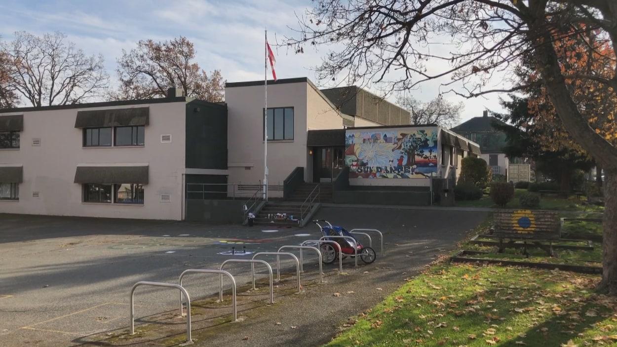 L'immeuble de deux étages dispose d'une cour de récréation et est décoré de peintures murales.