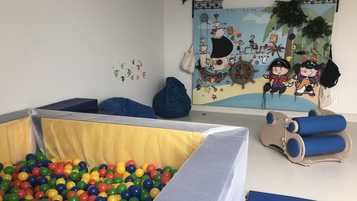 Salle pour les enfants avec des petits balles.