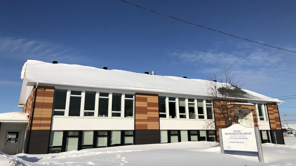 Le bâtiment de l'école en hiver.