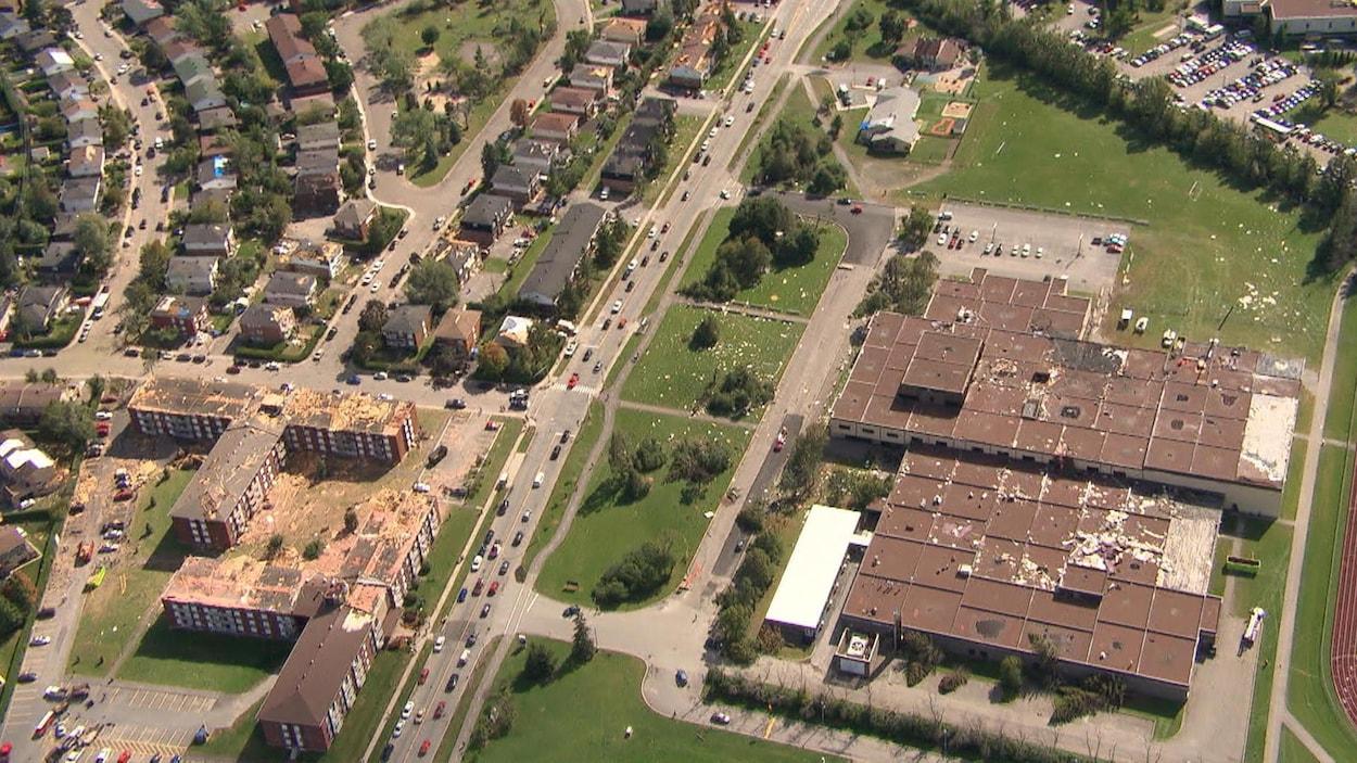 Toit arraché, l'École secondaire Mont-Bleu, après le passage d'une tornade.