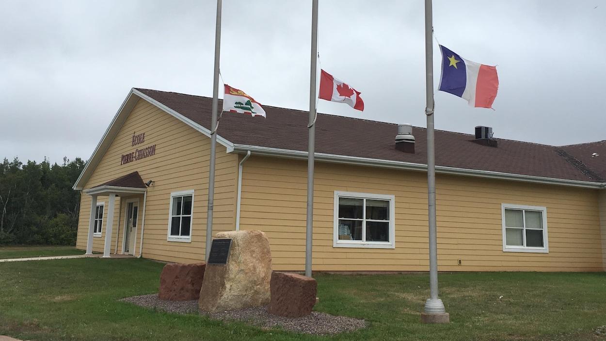 Les drapeaux ont été mis en berne devant l'école Pierre-Chiasson, dans l'ouest de l'Île-du-Prince-Édouard, à la suite du décès tragique d'une enseignante, happée par un véhicule alors qu'elle était à vélo.