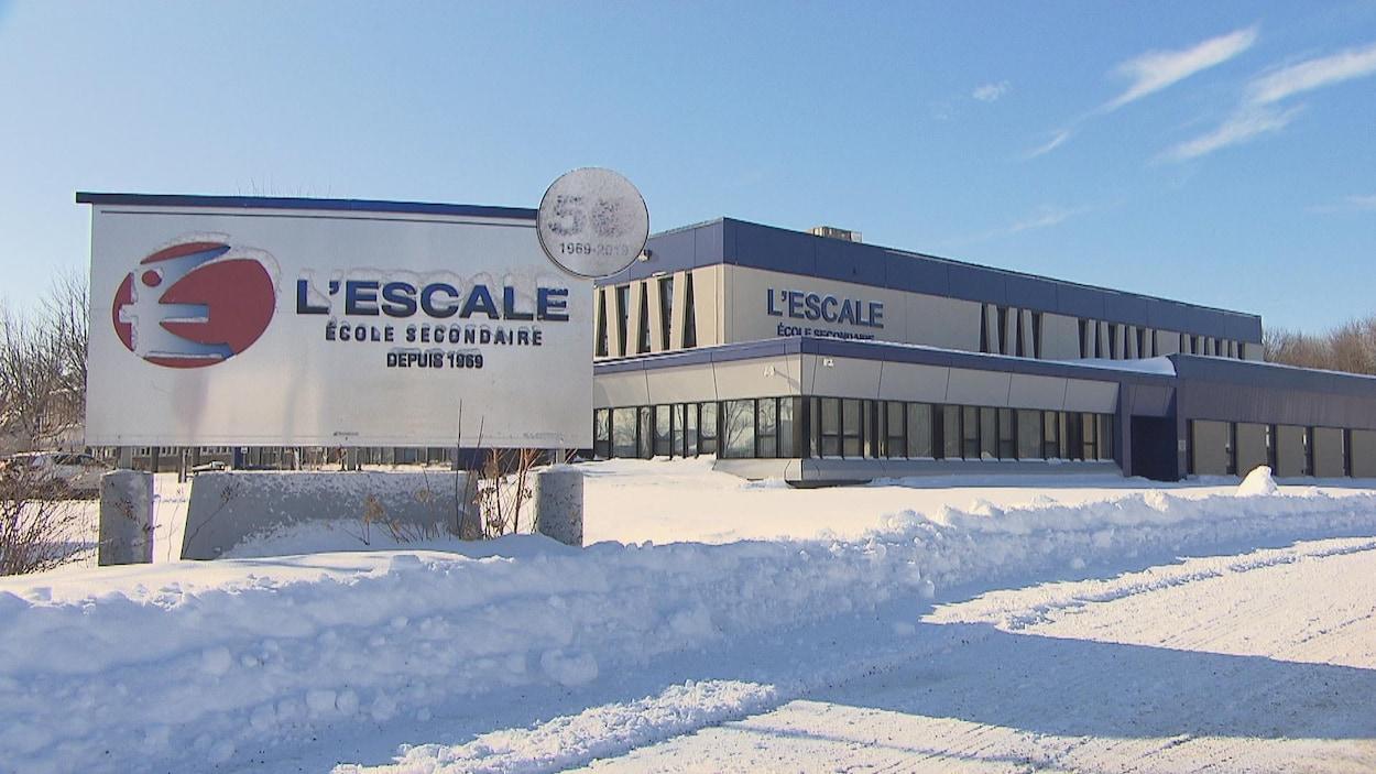 La façade d'une école secondaire en hiver.