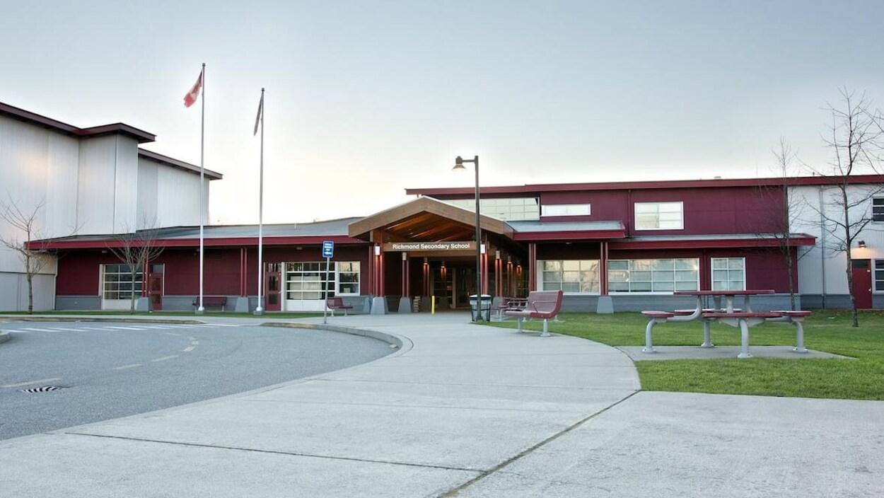 L'école secondaire de Richmond vue de l'extérieur.