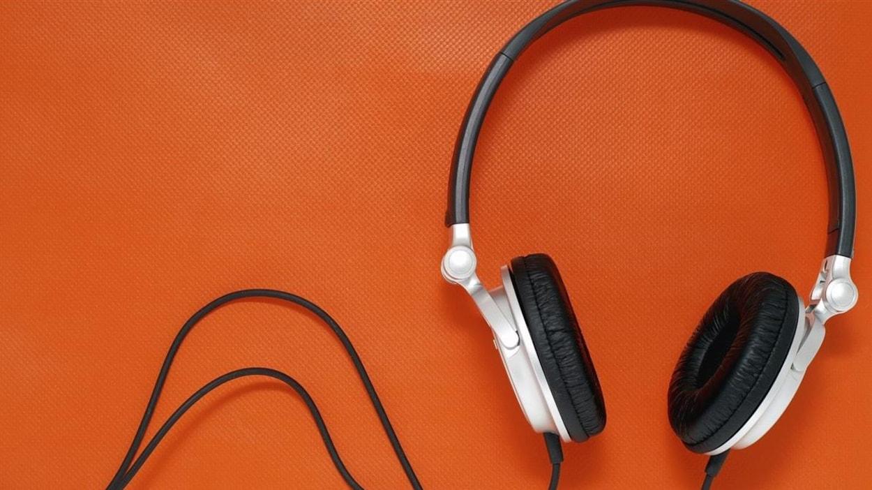 Un casque d'écoute blanc et noir sur fond orange