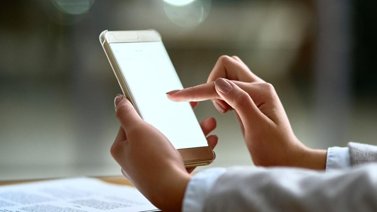 Une femme en train d'utiliser son téléphone intelligent.