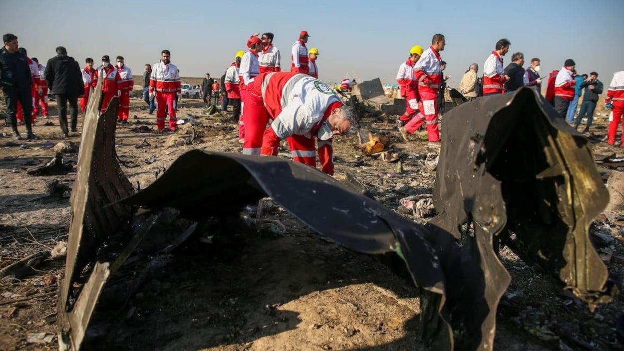 Des travailleurs du Croissant-Rouge inspectent les débris de l'avion PS752 d'Ukraine International Airlines.