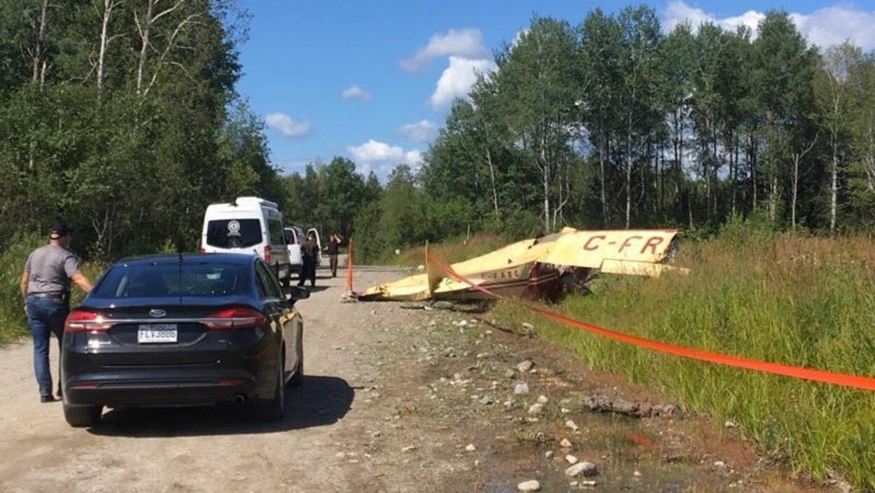 Des voitures de la Sûreté du Québec sur les lieux d'un écrasement d'avion.