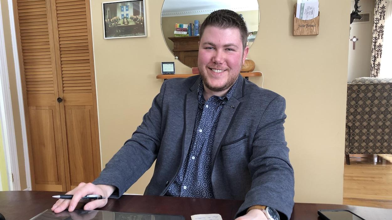 Simon Leduc est écrivain public. Les citoyens de Mandeville dans Lanaudière le consultent pour différents services: remplir un formulaire de passeport, rédiger un hommage à un ami ou pour écrire une mise en demeure.
