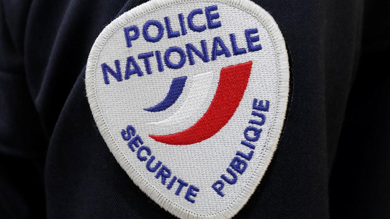 Un écusson de la police nationale française. Aux couleurs bleu, blanc, rouge.