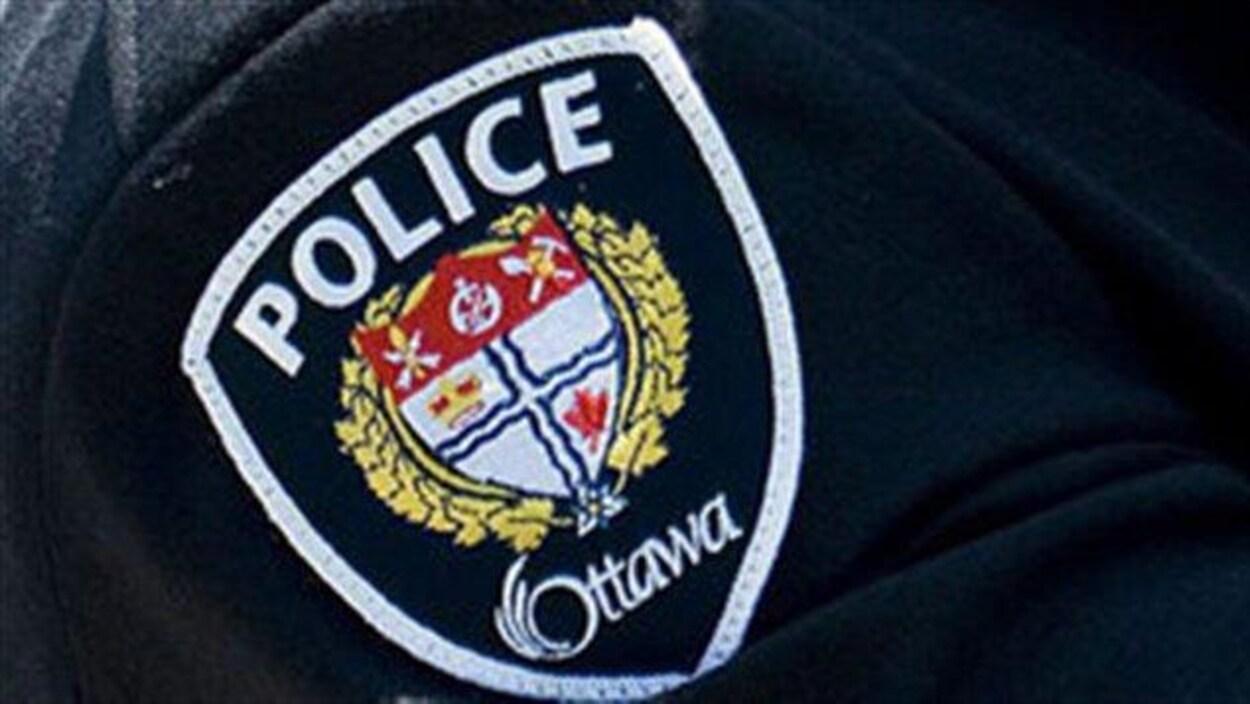 Le mot police chapeaute les armoiries de la police d'Ottawa.