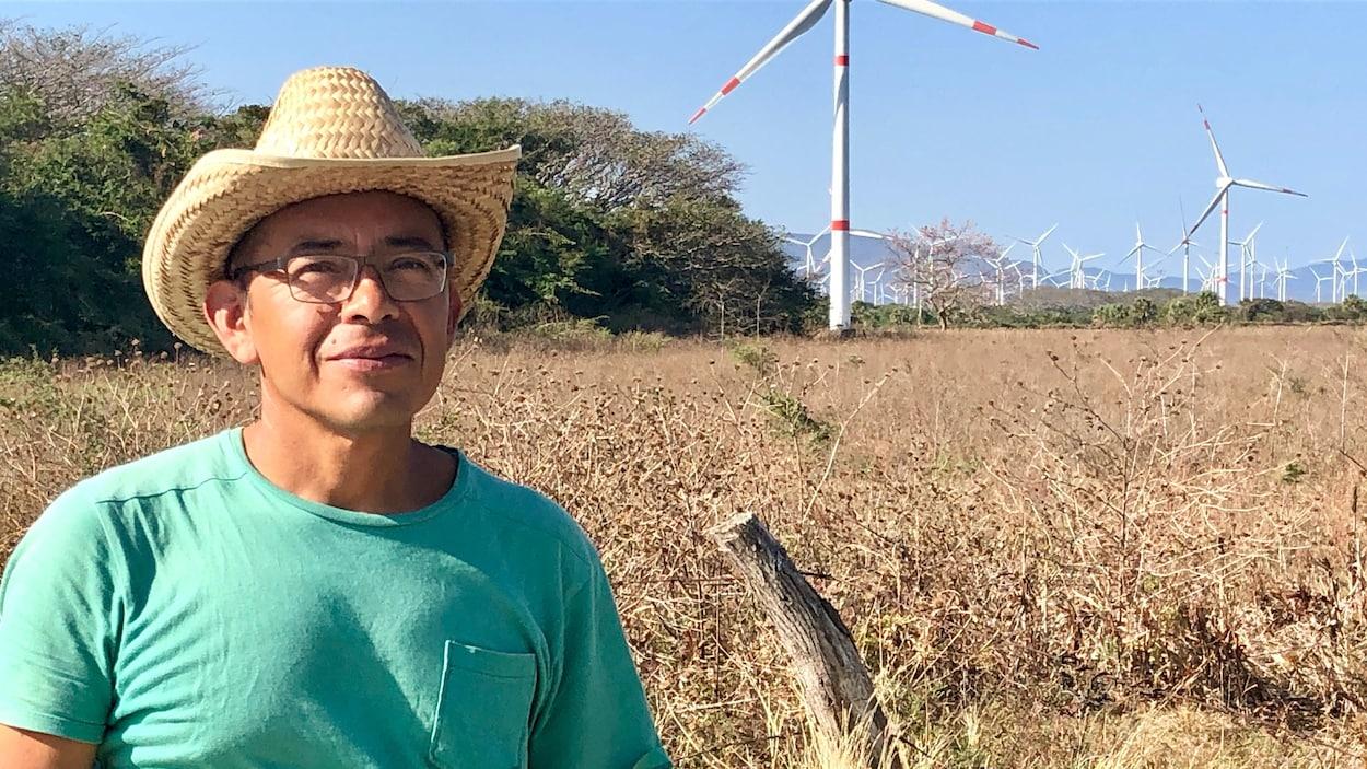 Edgar Martin Regalado debout près des éoliennes.
