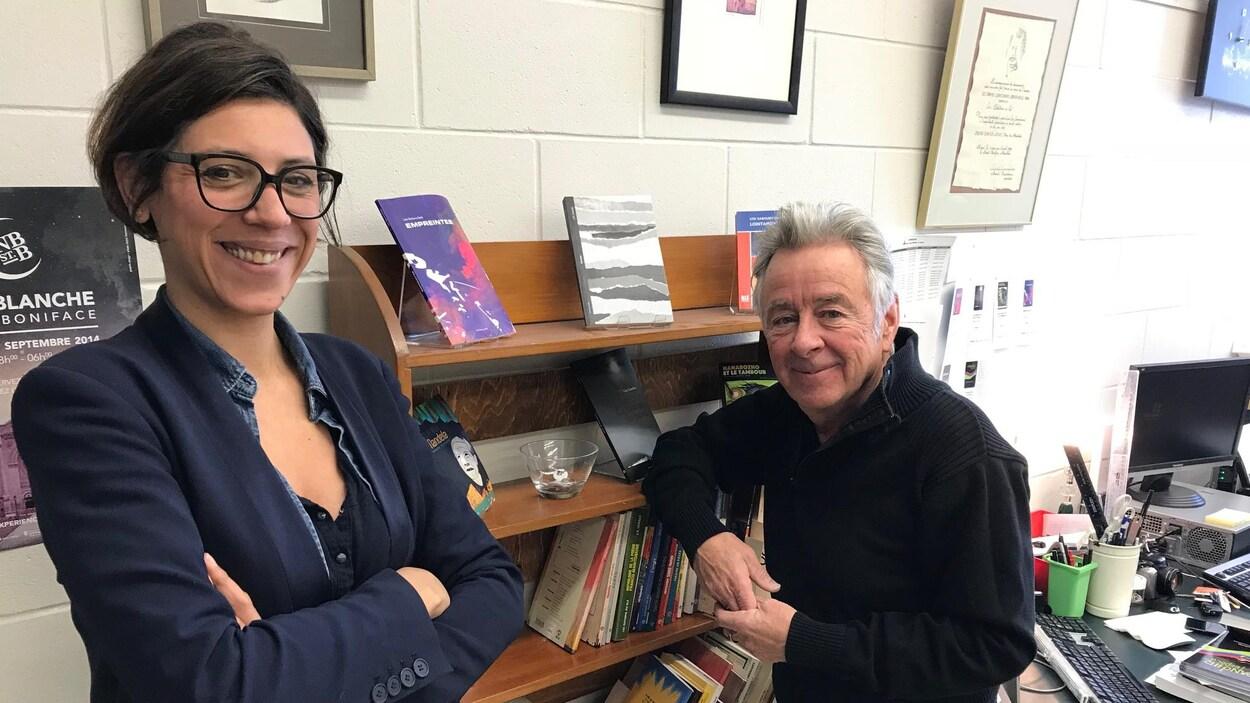 La directrice des Éditions du Blé, Emmanuelle Rigaud et l'auteur Roger Léveillé dans un local rempli de livres.