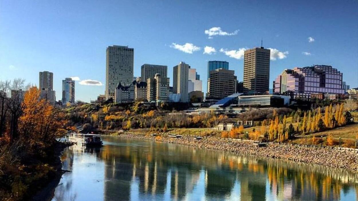 Le centre-ville d'Edmonton en automne avec une vue de la rivière.