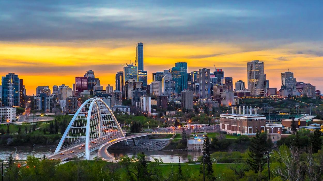 Vue du centre-ville d'Edmonton à crépuscule en mai 2019.