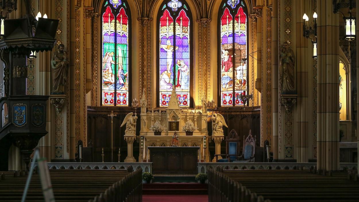 Le coeur de l'église avec dans le fonds des vitraux et l'autel.