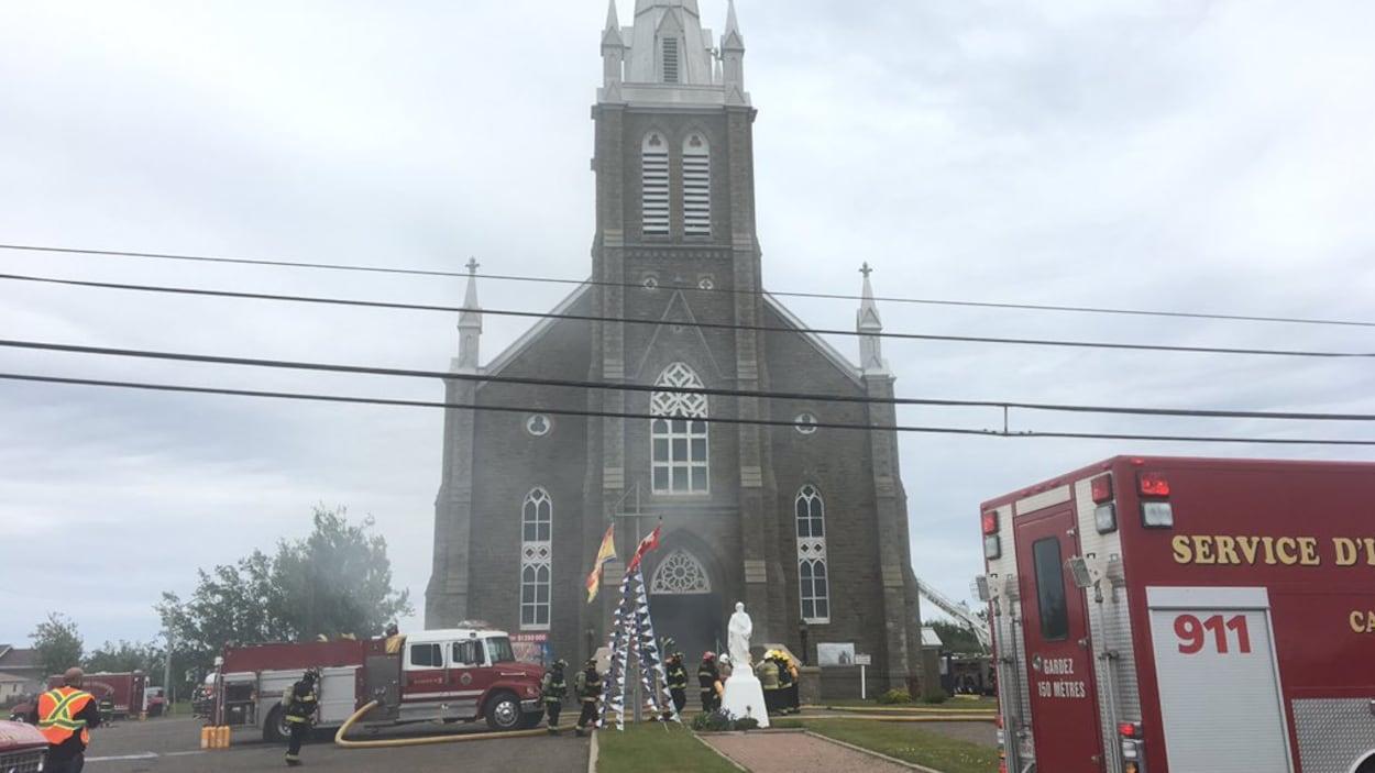 De nombreux pompiers s'activent devant l'église de Bas-Caraquet.