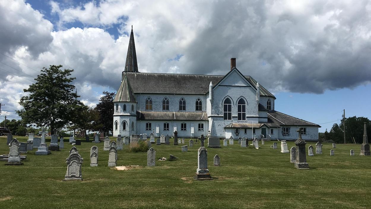 L'ancienne église catholique St. Alexis et son cimetière à Rollo Bay, à l'Île-du-Prince-Édouard.