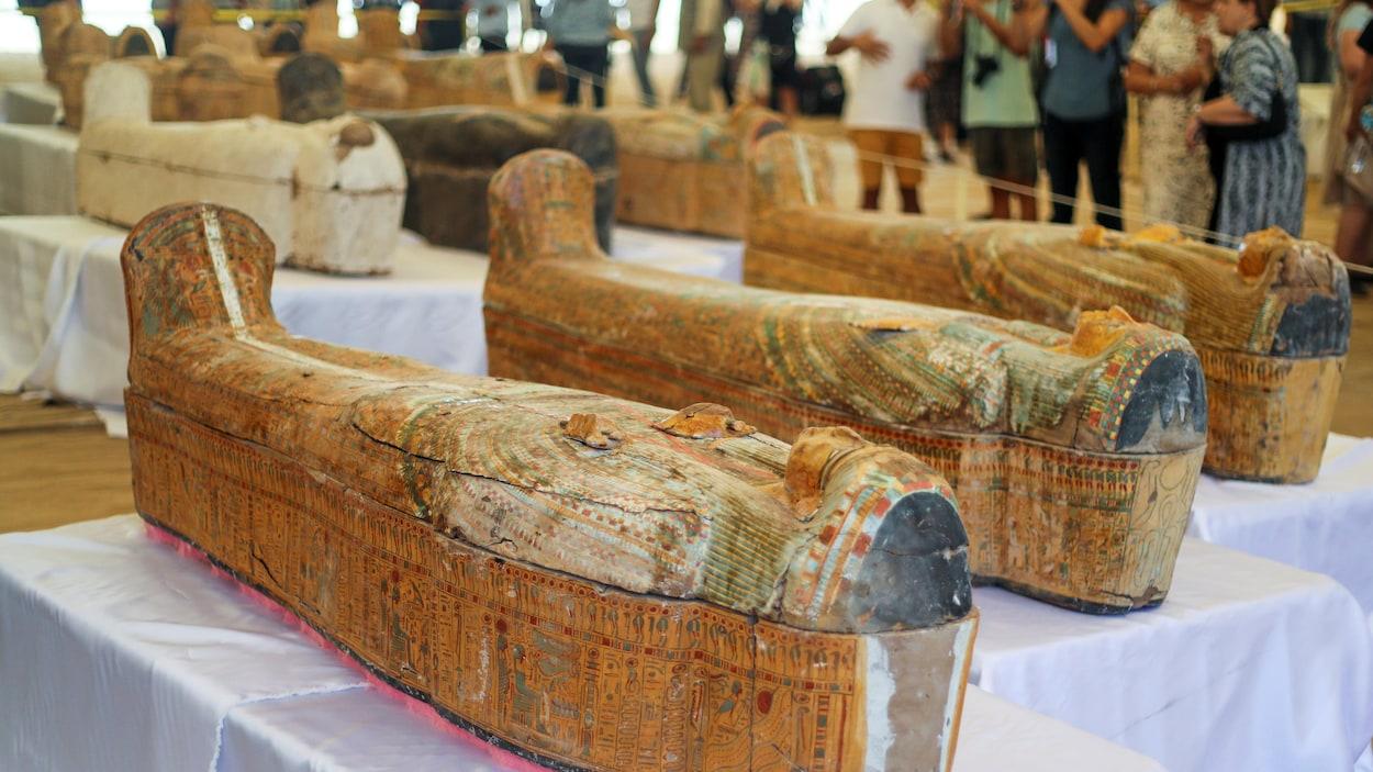 Des sarcophages égyptiens.