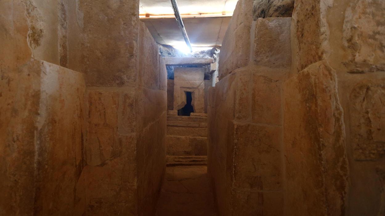 L'intérieur d'un tombeau vieux de 4400 années découvert en banlieue du Caire en Égypte.