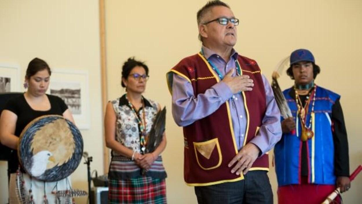 Le chef de bande innue d'Ekuanitshit, Jean-Charles Piétacho, lors de la visite des participants de l'expédition Canada C3