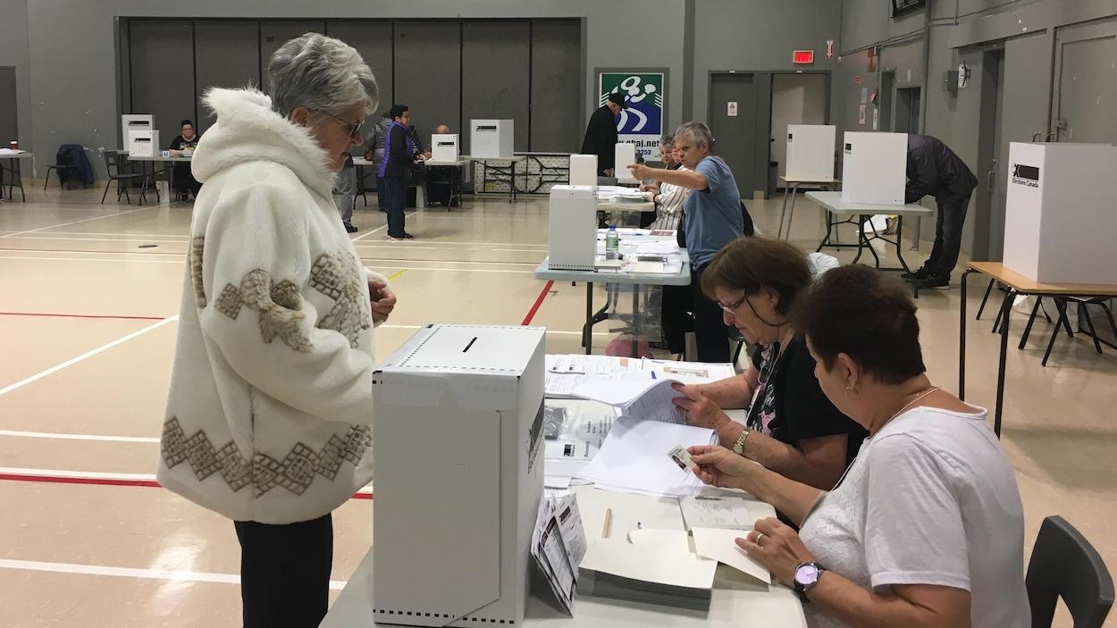 Une électrice s'apprête à voter à Jonquière.