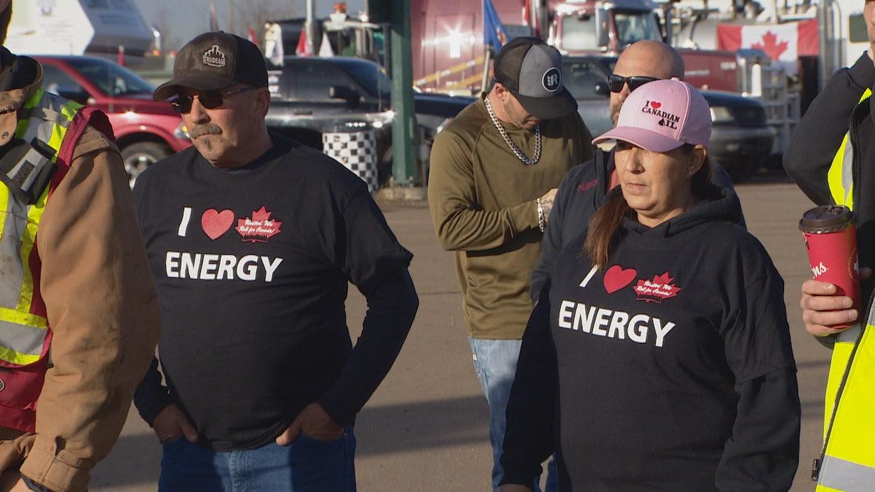 Des manifestants arborent des vêtements favorables au secteur canadien des hydrocarbures.