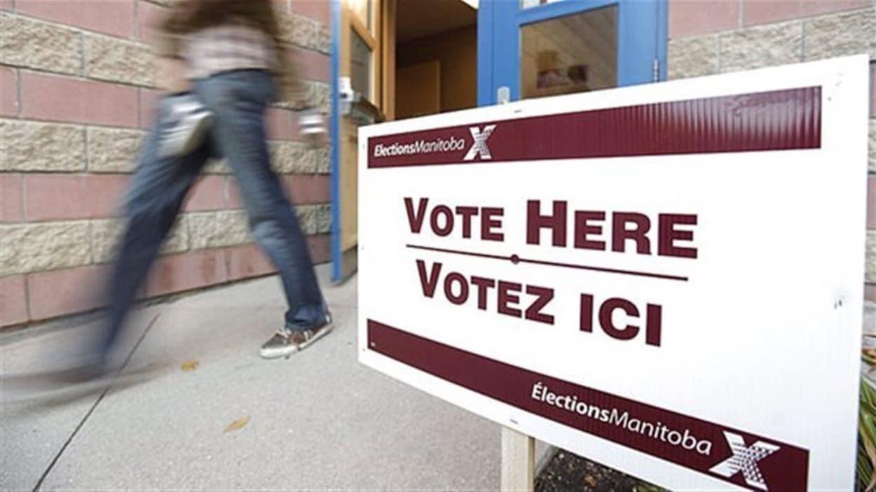 Une affiche indiquant « Votez ici » où il est aussi inscrit, Élections Manitoba.