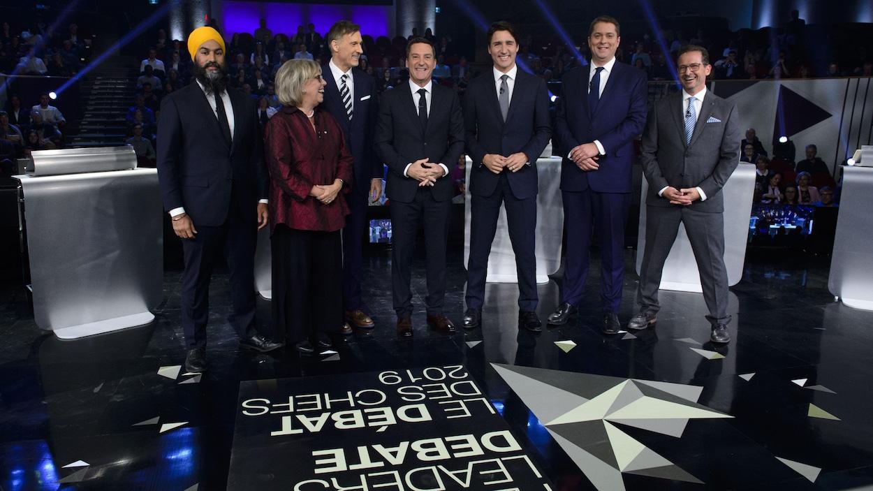 Jagmeet Singh, Elizabeth May, Maxime Bernier, Justin Trudeau, Andrew Scheer et Yves-François Blanchet entourent l'animateur Patrice Roy.